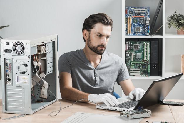 tecnico-sexo-masculino-que-usa-computadora-portatil-taller_23-2147922362